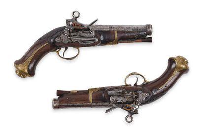 Paire de pistolets espagnols, à silex. Canons à pans, à bourrelets aux bouches,...