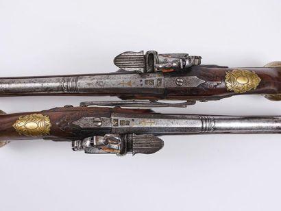 Paire de pistolets espagnol, à silex. Canons ronds, à pans aux tonnerres, poinçonnés...