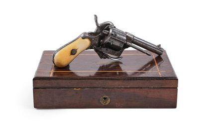 Revolver, à broche. 6 coups, calibre 7 mm. Canon rond. Barillet évidé et carcasse...