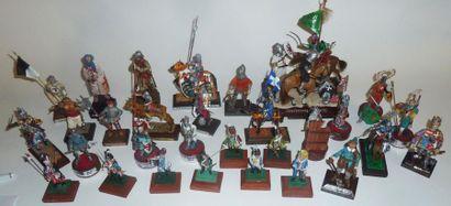 Moyen-âge et hussards 18e s. (7) : 32 figurines....