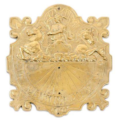 Cadran solaire en laiton doré, à décor figurant...