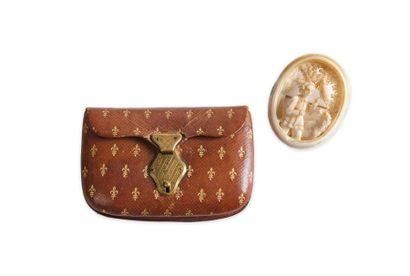 Porte-monnaie à soufflets en cuir brun gaufré à décor d'un semis de fleurs de lys...