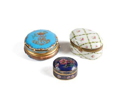 Lot de 3 boîtes à pilules en métal doré émaillé polychrome, l'une ronde à fond turquoise...