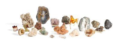 Lot de minéraux et pâtes de verre coloré,...