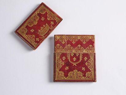 Écrin à carte ou à plan en maroquin rouge doré aux petits fers, orné au centre sur...