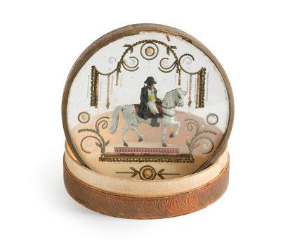 Boite ronde en carton gaufré ornée sur le couvercle d'un décor en métal peint polychrome...