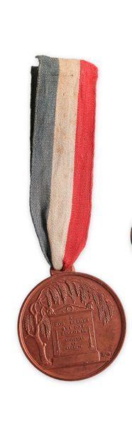 Médaille de Juillet 1830, en cuivre, l'avers orné d'un mausolée sous un saule inscrit...
