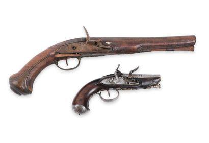 Lot de 2 pistolets, à silex, dont un de voyage....