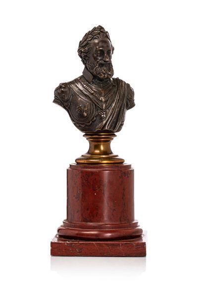 Henri IV Buste en bronze à patine brune reposant...