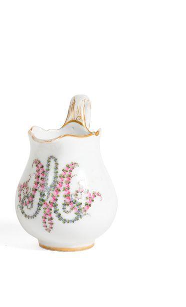 Marie-Antoinette, reine de France. Ensemble d'un pot à lait et d'un flacon de toilette...