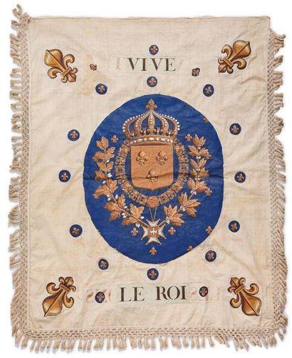 Rare gonfanon royaliste en toile blanche, à franges tressées. Au recto : décoré,...