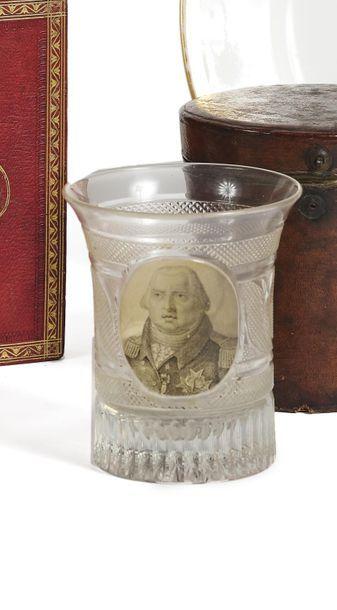 Louis XVIII, roi de France. Gobelet évasé en cristal moulé et taillé, orné au centre...