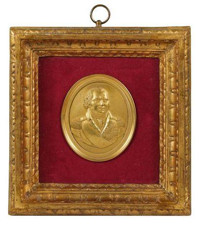 Louis XVIII, roi de France. Médaillon ovale en bronze doré estampé au portrait du...