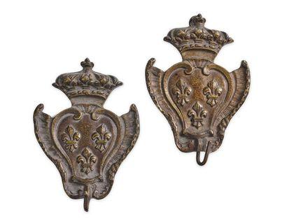 Paire de porte-montres en bronze aux armes...