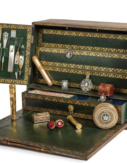 Rare écritoire de voyage en cuir vert à décor troubadour gaufré et doré aux petits...