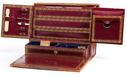 Rare écritoire de voyage en cuir cognac à décor néogothique gaufré et doré aux petits...