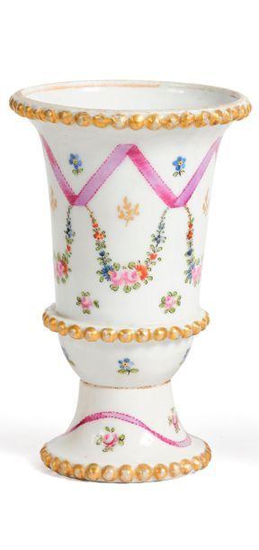 Petit vase de forme jasmin en porcelaine,...
