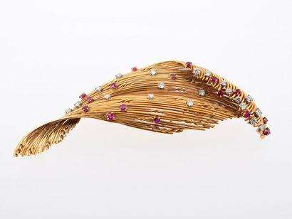 Broche clip en or jaune 18k (750 millièmes) représentant un feuillage serti de petits...