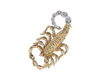 """Broche """"scorpion"""" deux tons d'or 18k (750 millièmes), la queue ornée de brillants..."""