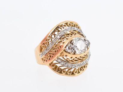 Bague en or jaune et or gris 18k (750 millièmes) de forme bombée, centrée de trois...