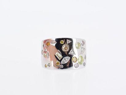 POIRAY Bague bandeau en or gris 18k (750 millièmes) ornée de diamants ronds brillants...