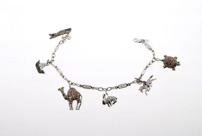 Bracelet « charms » en or gris 18k (750 millièmes) orné de pavage de diamants, de...