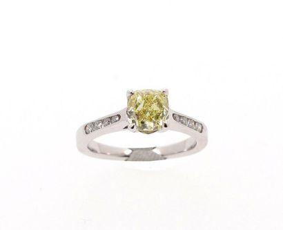 Bague en or gris 18k (750 millièmes) ornée d'un diamant jaune intense de 1,52 carats...