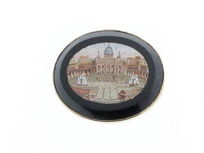 Broche ovale en or jaune 18k (750 millièmes) figurant la place Saint Pierre de Rome...