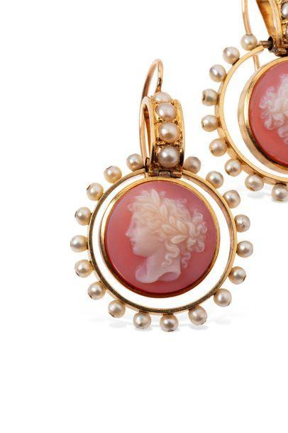 Paire de pendants d'oreilles en or jaune 18k (750 millièmes), chacun orné d'un camée...