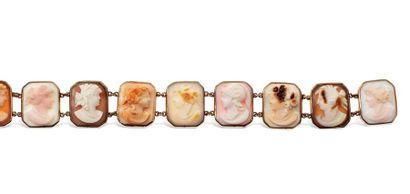Bracelet en métal doré présentant une suite...