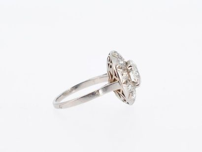 Ring in platinum (950 thousandths) forming a rosette, centered of an old cut diamond...