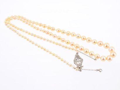 Collier formé de 107 perles fines de couleur...