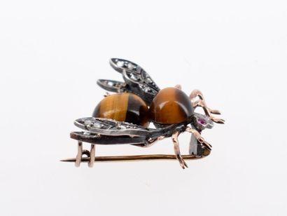 Broche en or jaune 18k (750 millièmes) et argent (800 millièmes) figurant une mouche,...