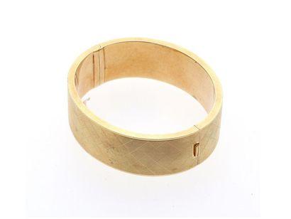 Beau bracelet jonc en or jaune strié 14k...