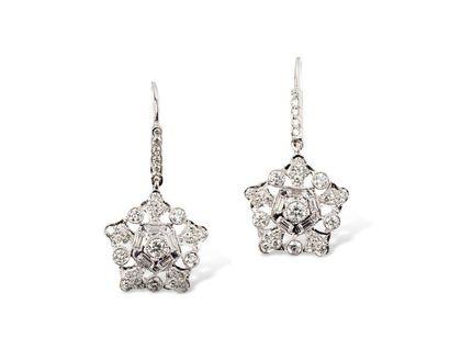 Très jolis pendants d'oreilles en or gris...