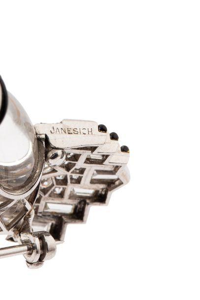 JANESICH Broche en platine (950 millièmes) formé d'un anneau en cristal de roche,...