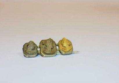 Petite broche sertie de trois camées à profils...