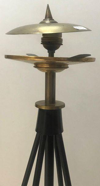 Lampadaire  Avec un piètement triangulaire en métal  Travail italien, années 50...