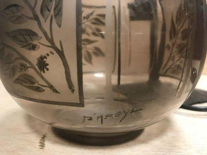 Lampe d'appoint, le fût en fer forgé et le globe en verre amati taillé en pointe...