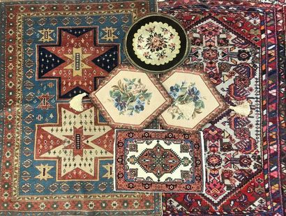 Lot comprenant deux tapis en laine, un médaillon brodé, un petit tapis et deux tableaux brodés.  Tapis à décor de deux motifs cruciformes sur fond bleu. 112,5 x 82 cm Tapis en velours à motifs divers. 110,5 x 73,2 cm Tableaux brodés à  motifs floraux. 43 x 33 cm Petits tapis à décor géométrique.