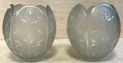 Deux globes de lustre en verre moulé mat...
