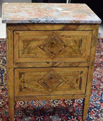 Petit meuble d'appoint en placage de bois...
