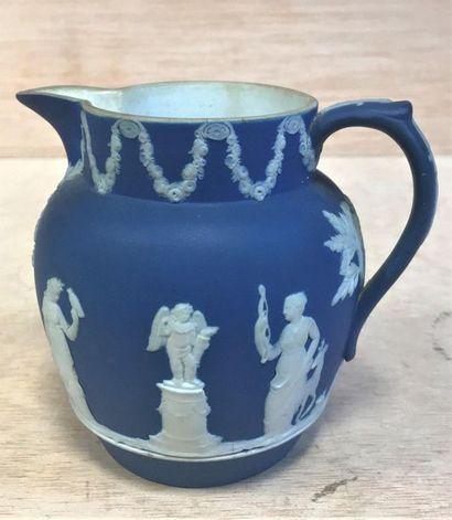 Vase bleu de style Wedgwood  Figures et motifs...