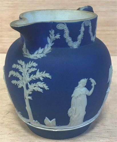 Wedgwood style blue vase  White figures and motifs in bas-relief  XXth  10 x 9,5...
