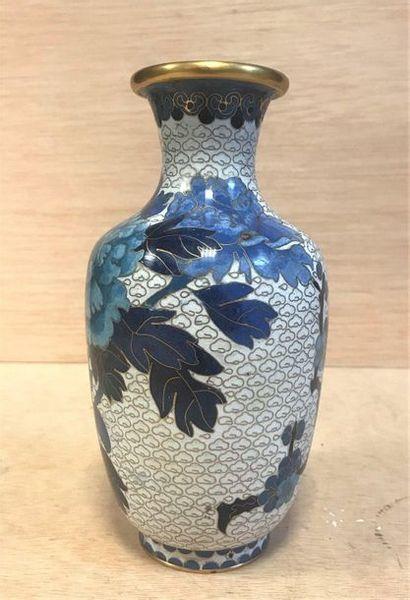 Vase émaillé à décor de pivoines bleues sur...