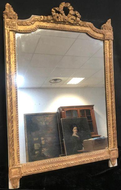 Miroir en bois doré à décor de frises et...