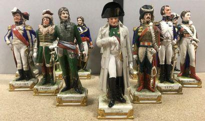 Groupe de 13 figurines en porcelaine émaillées...