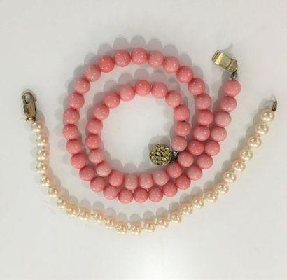 Lot comprenant un collier en perles artificielles...
