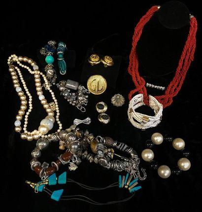 Lot de bijoux fantaisie comprenant collier,...