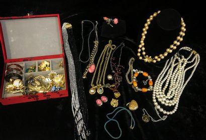 Lot de bijoux fantaisie comprenant colliers...
